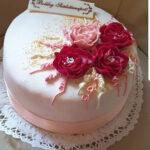 Fényes Cukrászda által készített, virágokkal díszített torta.