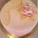 Fényes Cukrászda által készített rózsaszín, rózsás torta.