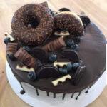 Fényes Cukrászda által készített fánsok, csokis torta.